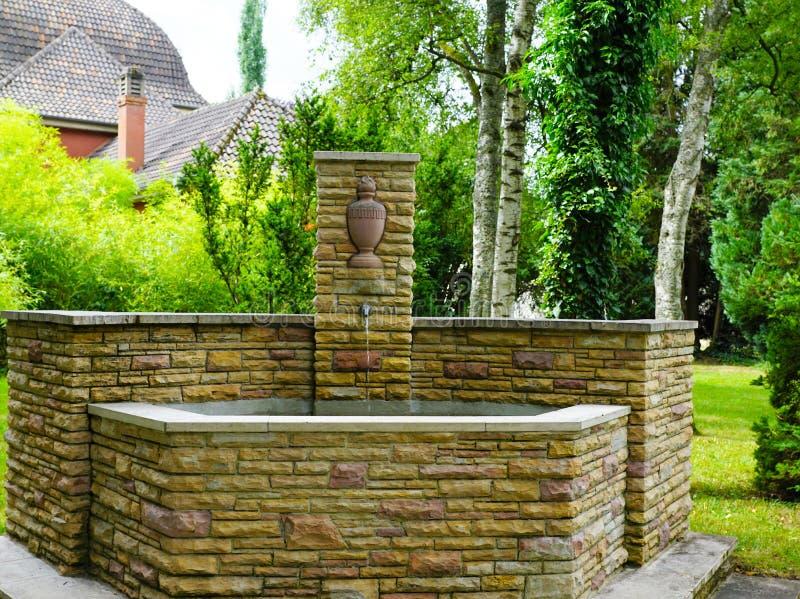 Fonte no cemitério pelo crematório no tuttlingen foto de stock