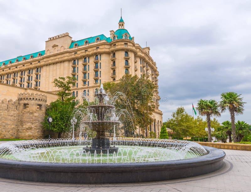 Fonte no jardim do regulador na cidade de Baku imagem de stock royalty free