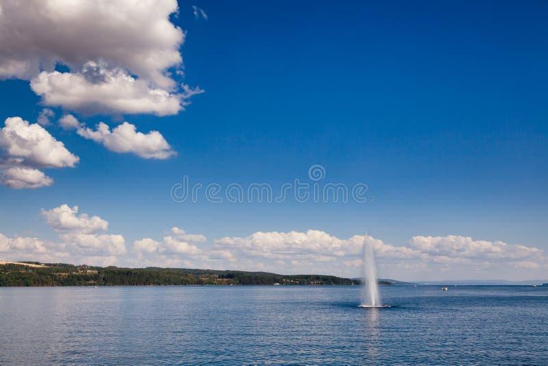 Fonte no lago Mjosa Oppland Noruega foto de stock