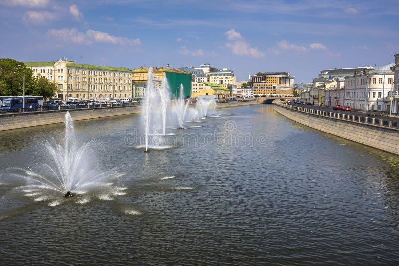 Fonte no Moscou-rio em um centro de Moscou foto de stock royalty free