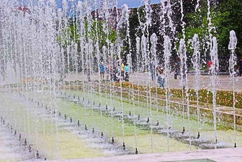 Fonte no palácio nacional da cultura em Sofia Bulgaria em maio de 2019 no tempo quente e quente frame3 imagens de stock