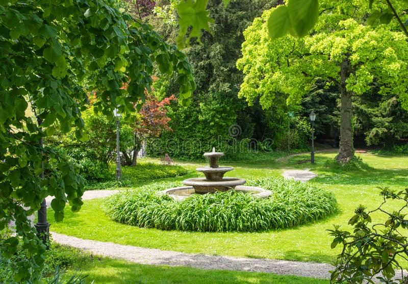 Fonte no parque verde do verão imagens de stock royalty free