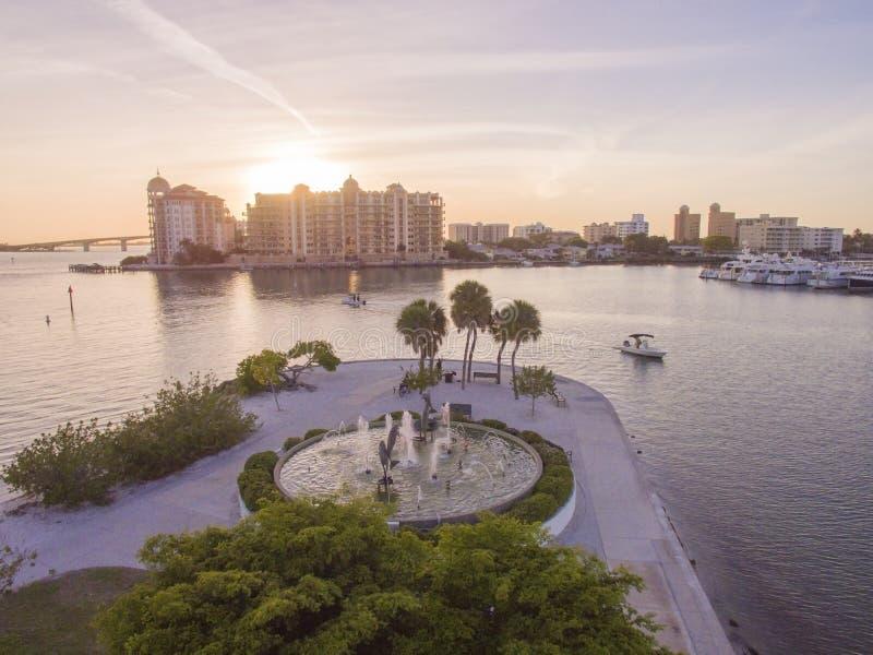 Fonte no por do sol, Sarasota FL do parque de Bayfront fotografia de stock