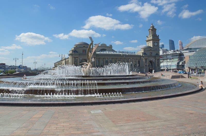 A fonte no quadrado de Europa perto da estação de trem de Kievsky em Moscou, Rússia fotos de stock