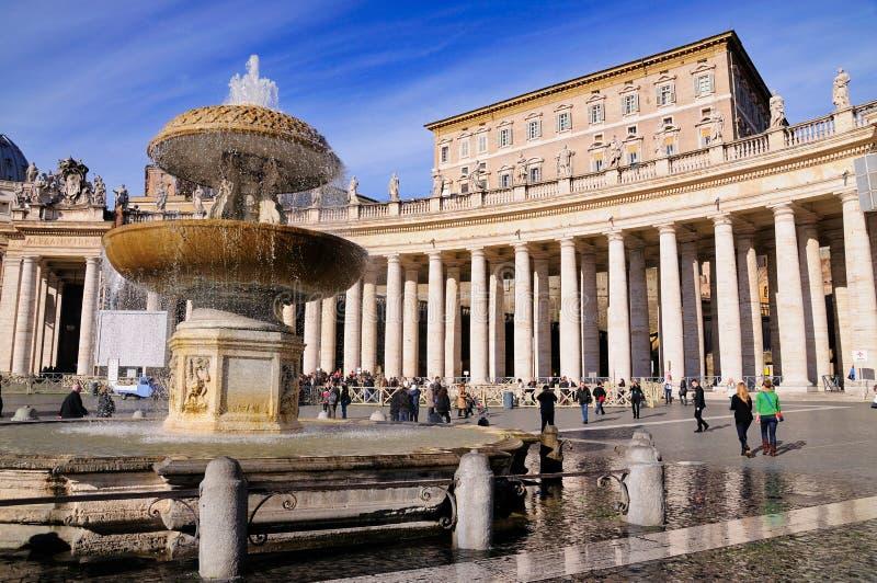 Fonte no quadrado de Peter de Saint, Roma foto de stock