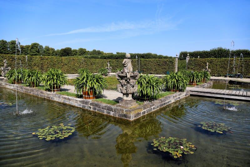 A fonte nos jardins reais foto de stock