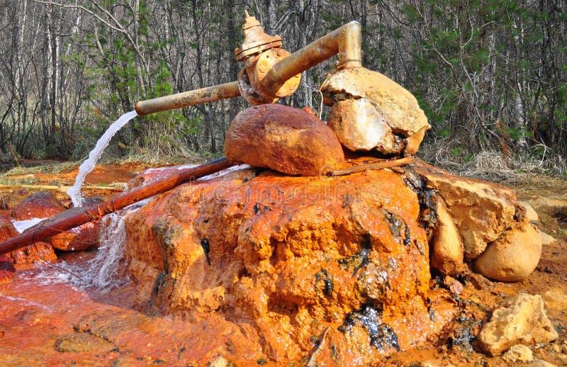 Fonte oxidada velha de água mineral que contém o ferro foto de stock