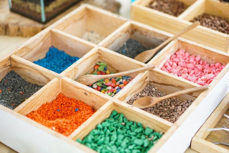Fonte pequena do ofício do aquário da rocha da pedra colorida decorativa do cascalho grande fotografia de stock royalty free