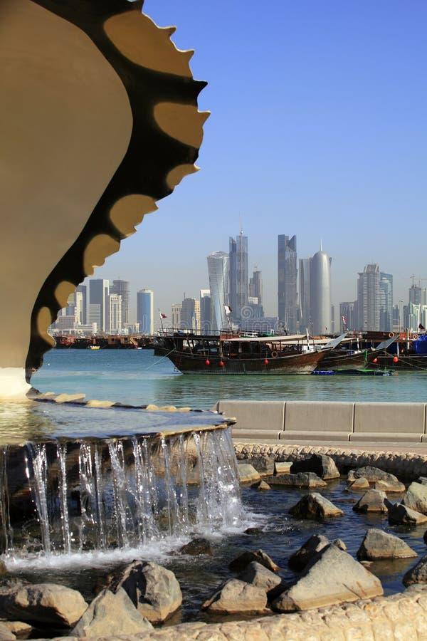 Fonte, porto e skyline de Doha fotografia de stock royalty free