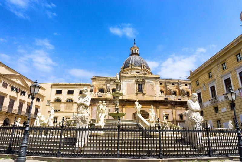 Fonte Praetorian em Palermo, It?lia fotografia de stock royalty free