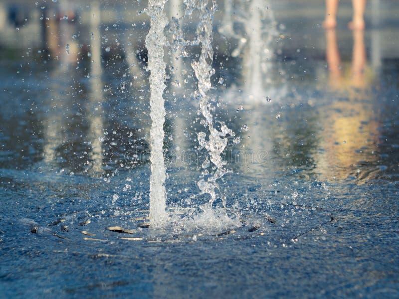 A fonte seca na praça da cidade, fecha-se acima da vista Córrego da água que espirra no revestimento da fonte com muitas gotas Ca imagens de stock royalty free