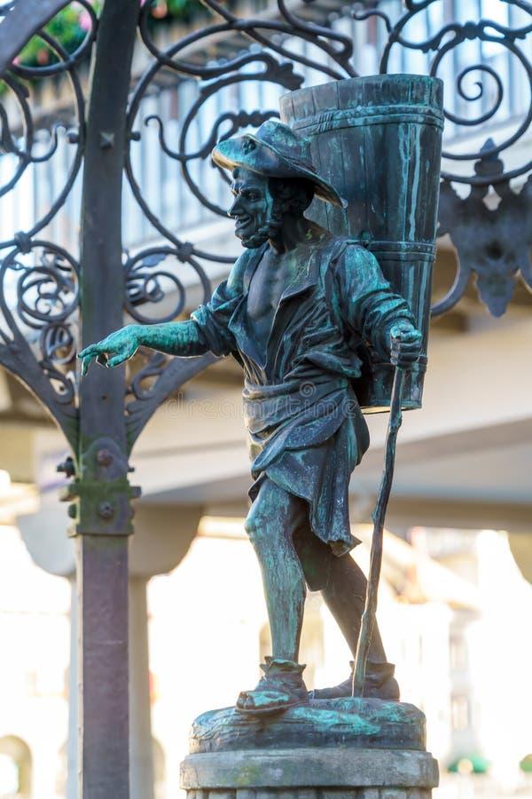 Fonte velha com uma figura humana de um água-portador, Zurique, Swit fotografia de stock royalty free