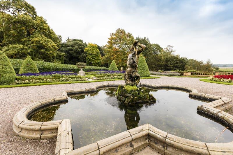 Fonte velha da escultura em um parque fotos de stock royalty free