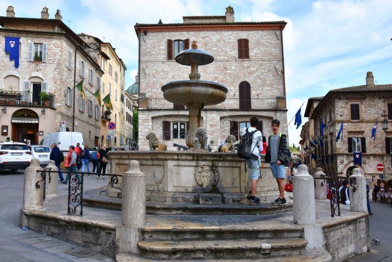Fonte velha na cidade de Assisi, ?mbria fotografia de stock
