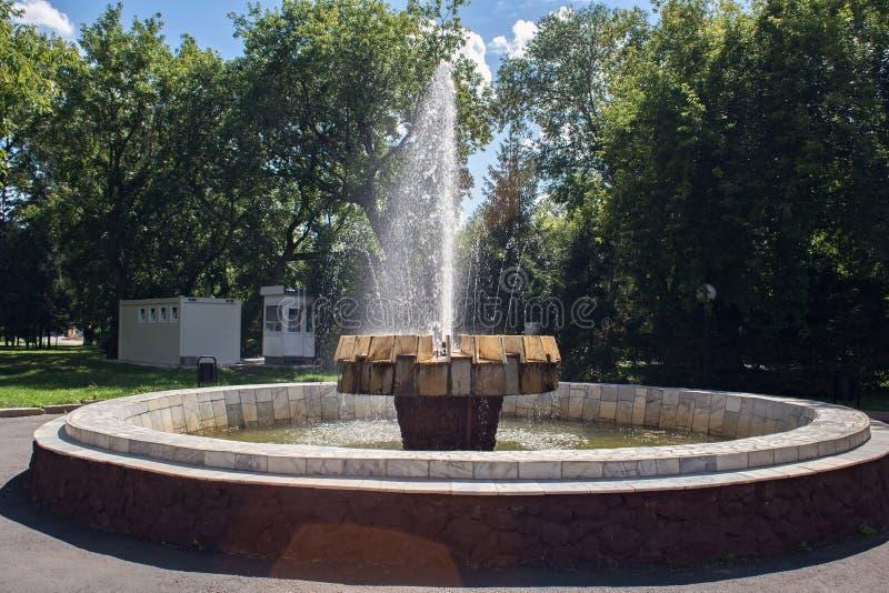 Fonte velha no parque da cidade do nome Petropavlovsk do russo de Petropavl, Cazaquistão imagens de stock