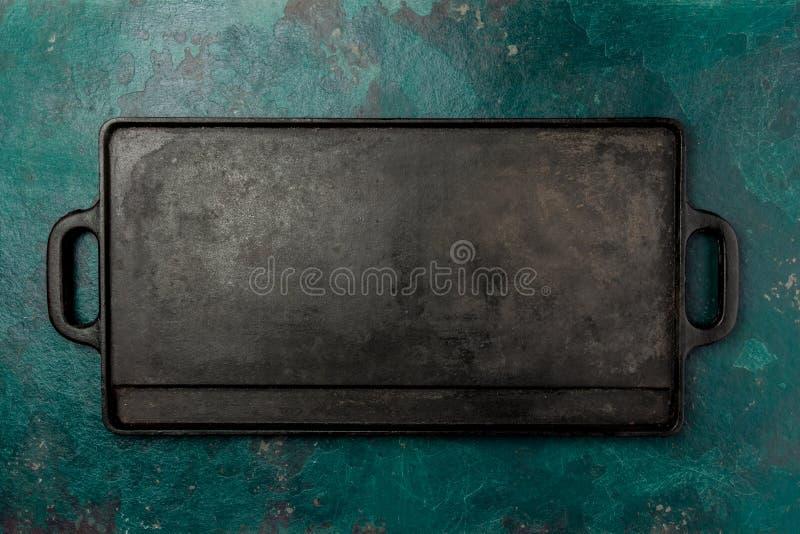 Fonte vide faisant frire le conseil Nourriture faisant cuire le fond Copiez l'espace photo libre de droits