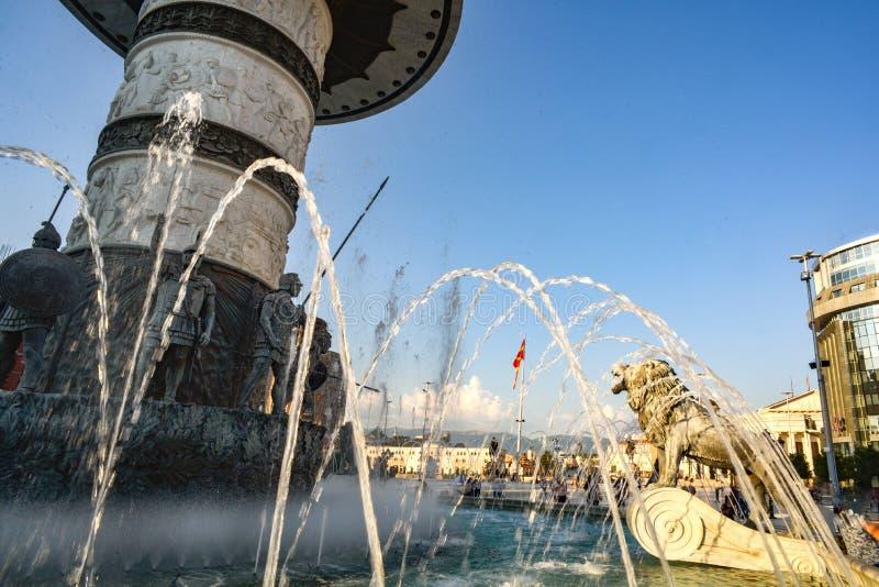 Fontein bij het Vierkant van Macedonië SKOPJE, NOORD-MACEDONIË stock afbeeldingen