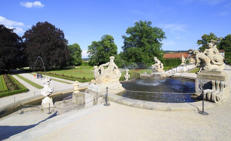 Fontein in de kasteeltuin van Cesky Krumlov stock foto