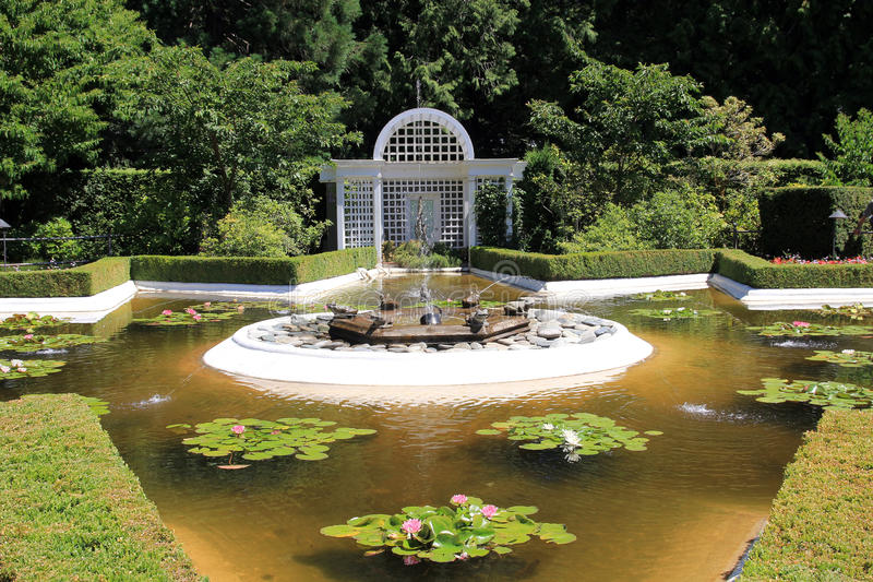 Fontein in de tuin stock fotografie
