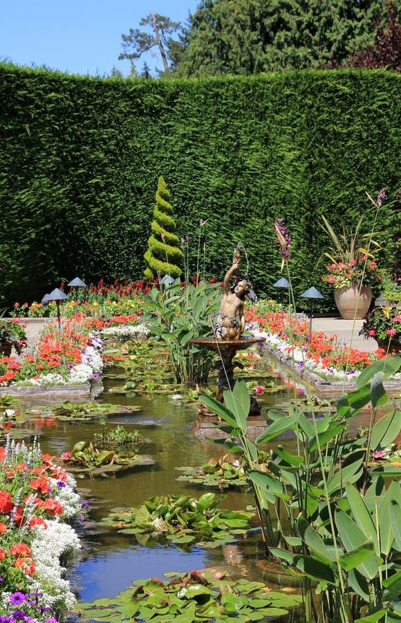 Fontein in de tuin royalty-vrije stock afbeelding