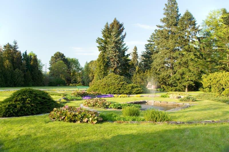 Fontein in de tuin royalty-vrije stock foto's
