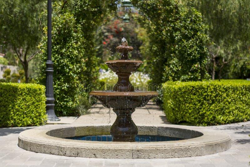 fontein in de tuin stock afbeelding afbeelding bestaande