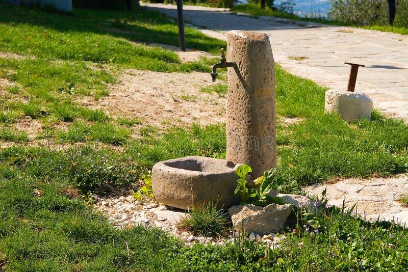 Fontein in de weide stock afbeeldingen
