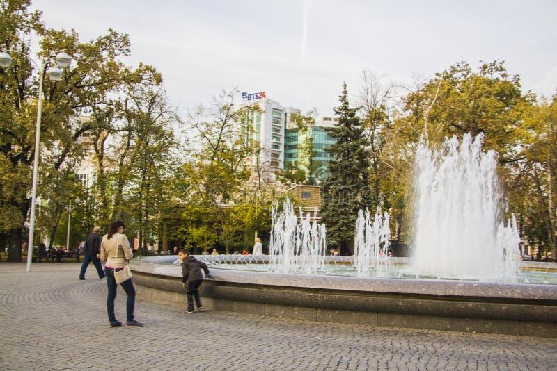 Fontein dichtbij Boog van heilige Georgiy en mislukking van Geogiy Zhukov stock afbeeldingen