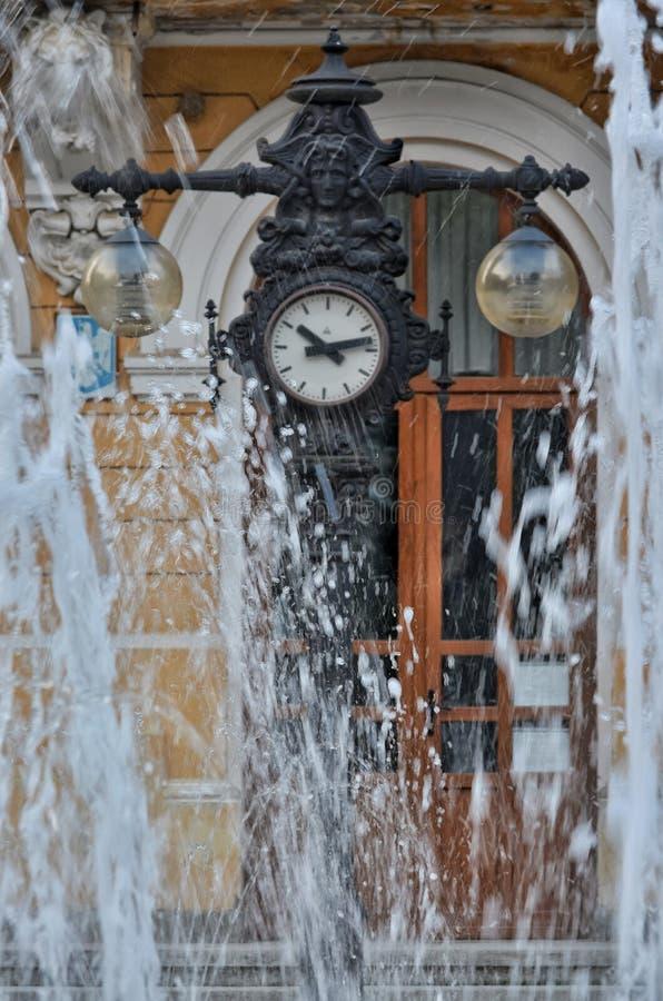 Fontein dichtbij een oude klok royalty-vrije stock afbeeldingen