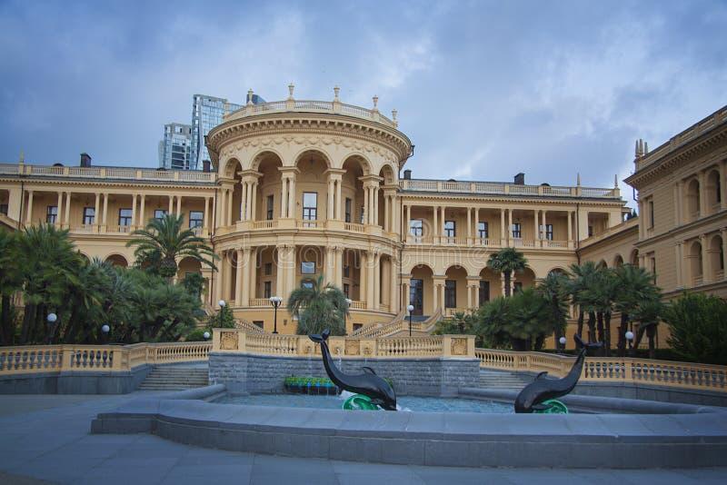 Fontein dichtbij klassieke villa royalty-vrije stock afbeeldingen