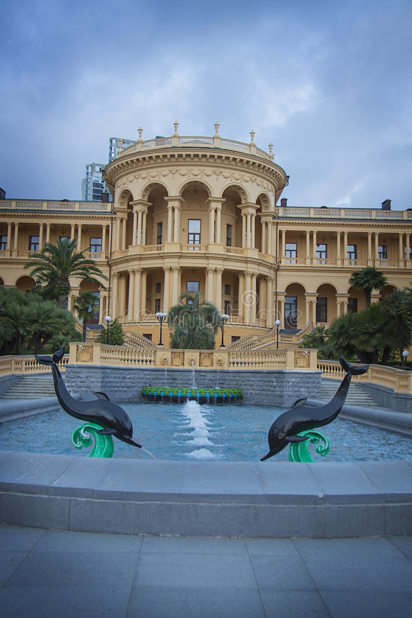 Fontein dichtbij klassieke villa stock fotografie