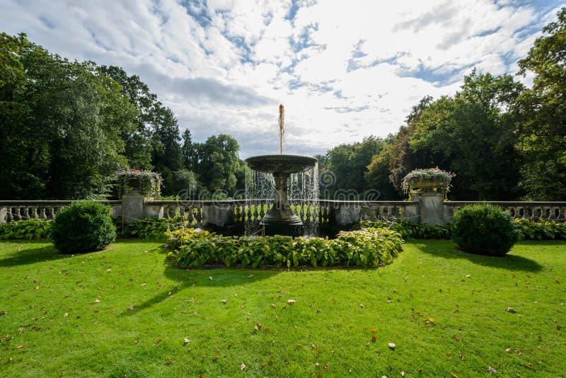 Fontein dichtbij Oranjeriepaleis in Sanssouci-Park stock foto