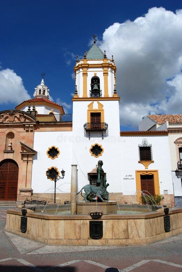 Fontein die Hercules-het bedwingen leeuwen met de Socorro Parish-kerk tonen aan het achtergedeelte, Ronda, Spanje stock fotografie