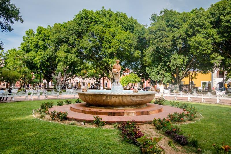 Fontein en hoofdplein - Valladolid, Mexico stock afbeeldingen