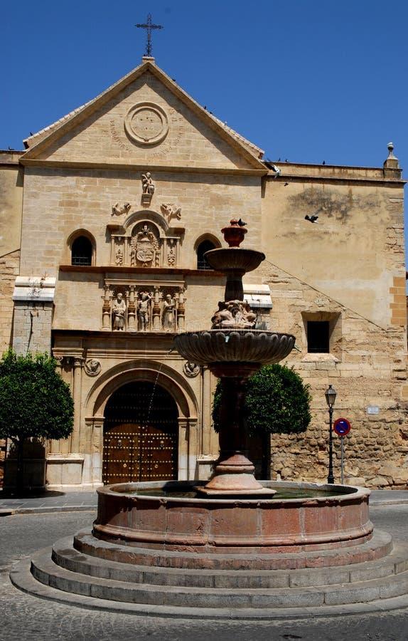 Fontein en kerk in Antequera in Spanje royalty-vrije stock foto's