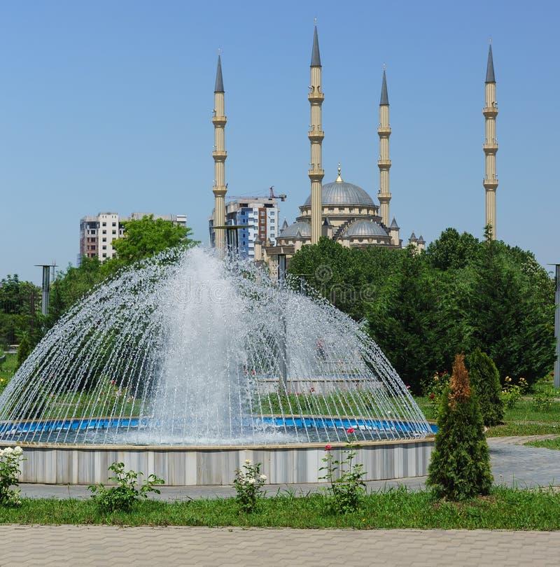 Fontein en minaretten van het moskeehart van Tchetchenië in het centrum van Grozny royalty-vrije stock afbeeldingen