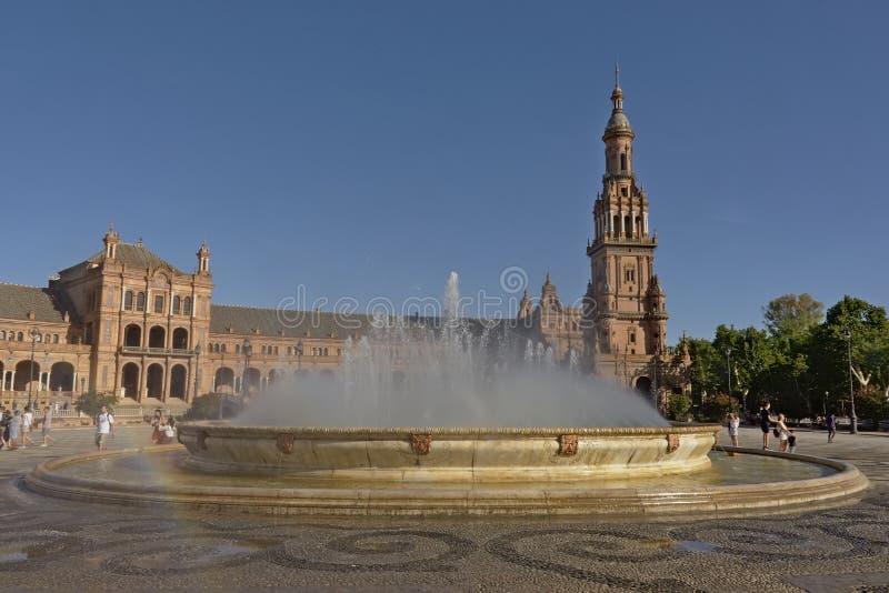 Fontein en sout vleugel van vleugeltoren van Plaza DE Espana op een zonnige dag in Sevilla, Spanje royalty-vrije stock foto
