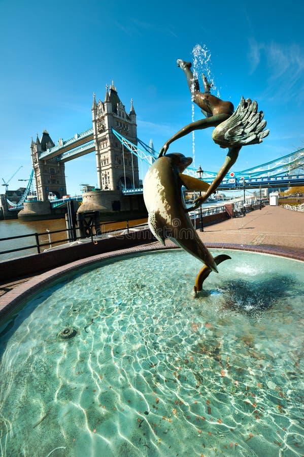 Fontein en Torenbrug in Londen royalty-vrije stock afbeelding