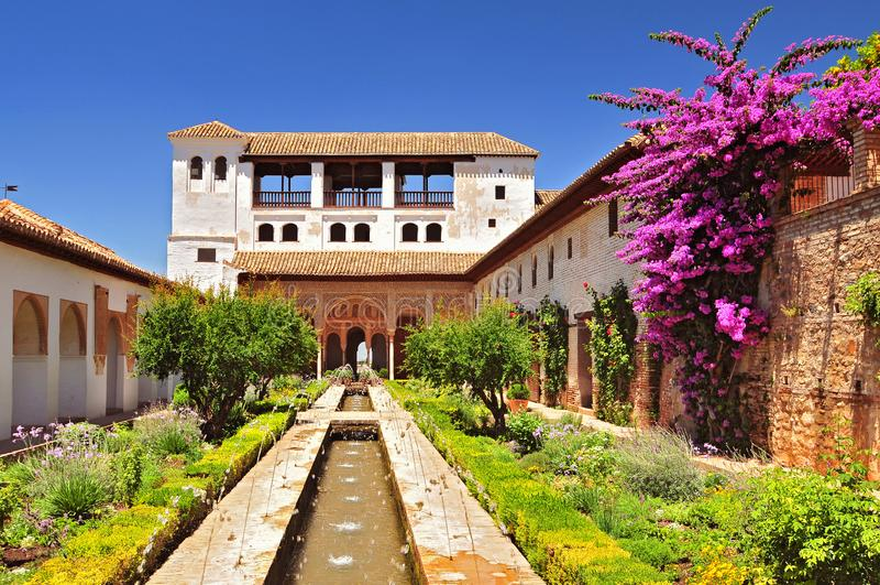 Fontein en tuinen in Alhambra paleis, Granada, Andalusia, Spanje royalty-vrije stock foto