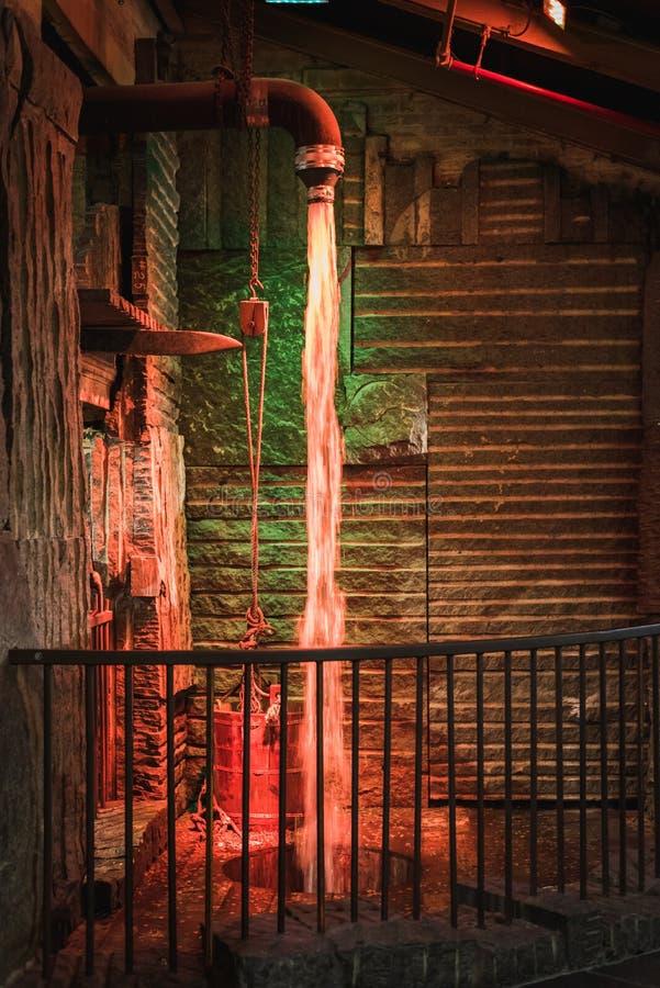 Fontein en verbinding van magisch water achter de bars van geheim hideout van de Kabouter stock fotografie