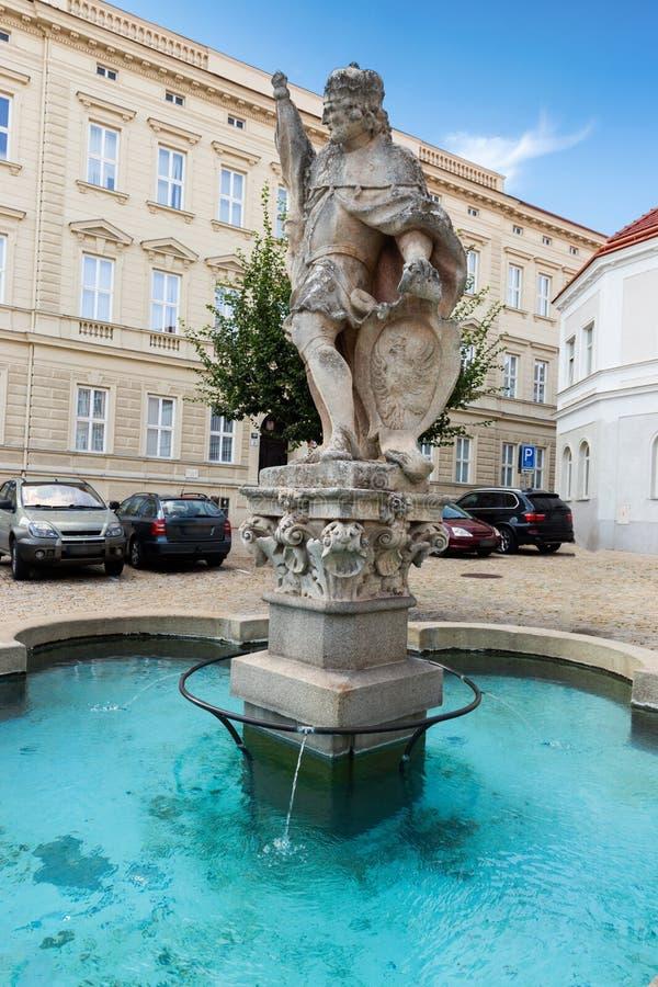 Fontein en Wenceslas Square met het beeldhouwwerk van Heilige Wenceslaus in de oude stad van Znojmo Tsjechische Republiek stock foto