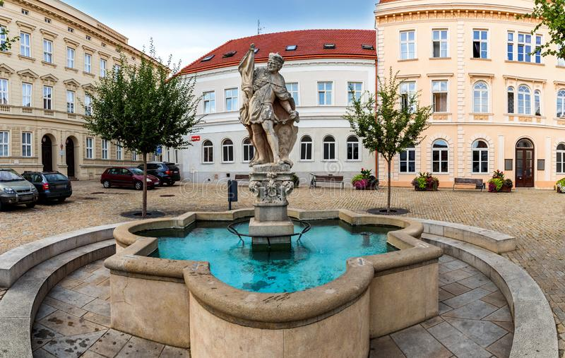Fontein en Wenceslas Square met het beeldhouwwerk van Heilige Wenceslaus in de oude stad van Znojmo Tsjechische Republiek stock foto's