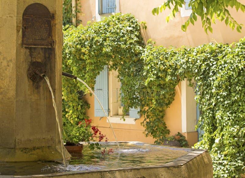 Fontein in Frans dorp. De Provence. stock afbeeldingen