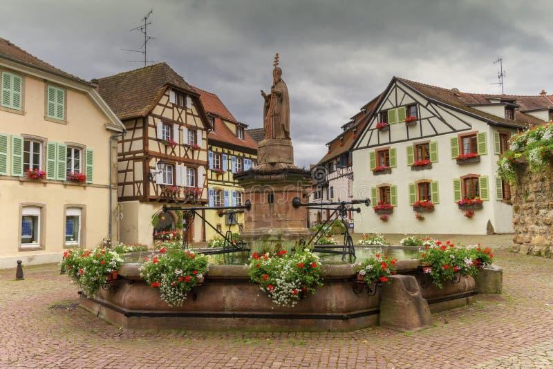 Fontein heilige-Leon in Eguisheim, de Elzas, Frankrijk royalty-vrije stock afbeeldingen