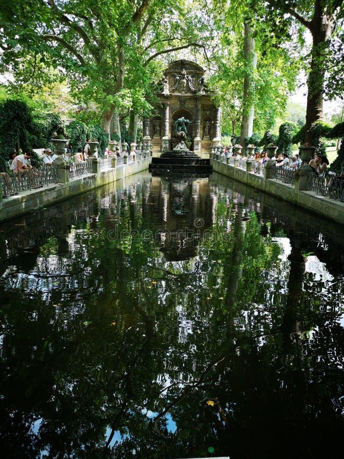 Fontein in het Paleis van Luxemburg in de Tuinen van Luxemburg, Parijs, Frankrijk stock afbeelding