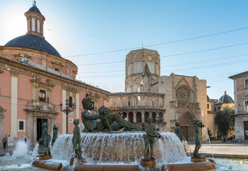 Fontein in het Vierkant van Maagdelijk Valencia Spain op 25 Februari, 2019 Niet geïdentificeerde mensen royalty-vrije stock foto