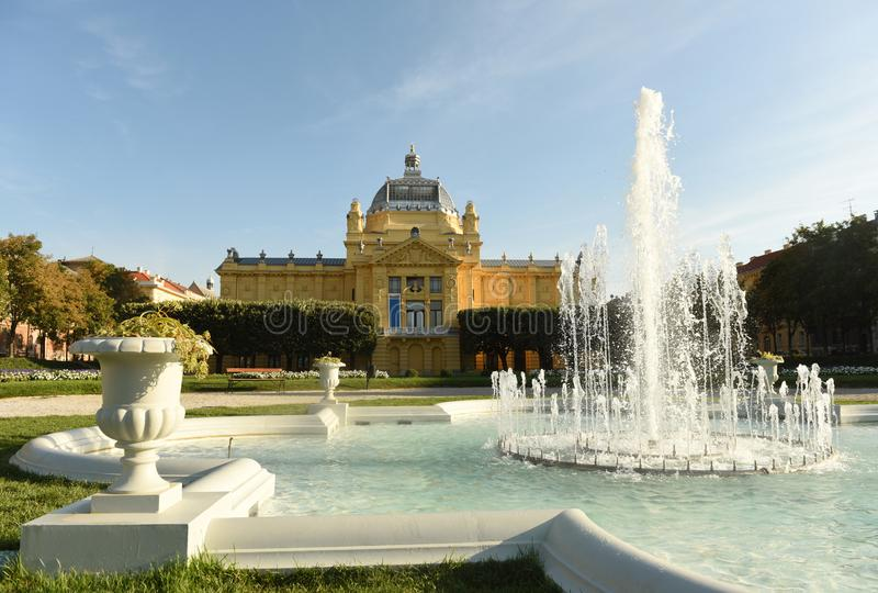 Fontein in Ledeni-park en Kunstpaviljoen in Zagreb, Kroatië royalty-vrije stock afbeeldingen