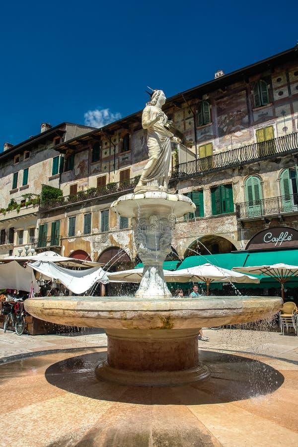 Fontein Madonna op Piazza delle Erbe in Verona stock afbeelding