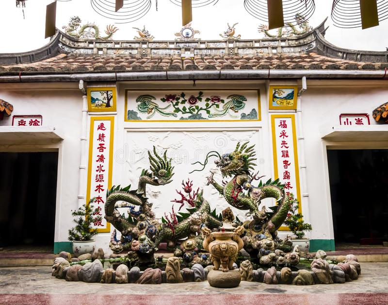 Fontein met Chinese draken in Phuc Kien Assembly Hall, Hoi An, Vietnam royalty-vrije stock foto's