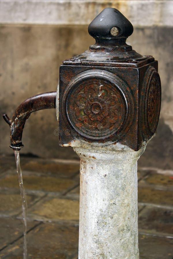Download Fontein met drinkwater stock foto. Afbeelding bestaande uit roest - 29501498